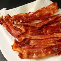 cooked bacon on paper toweling