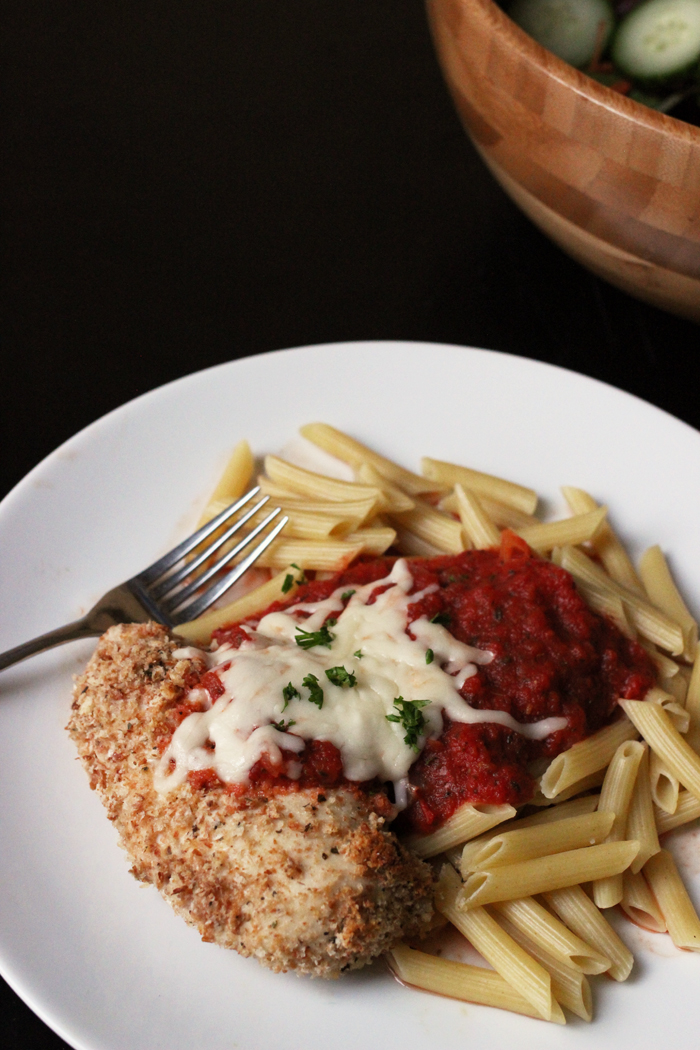 A plate of pasta with chicken parmesan