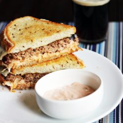 reuben patty melt with dipping sauce