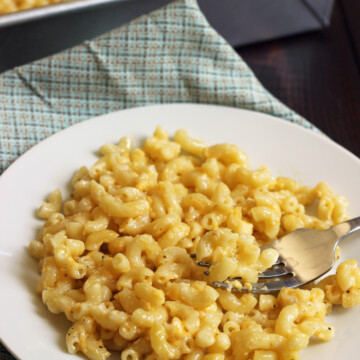 plate of mac and cheese