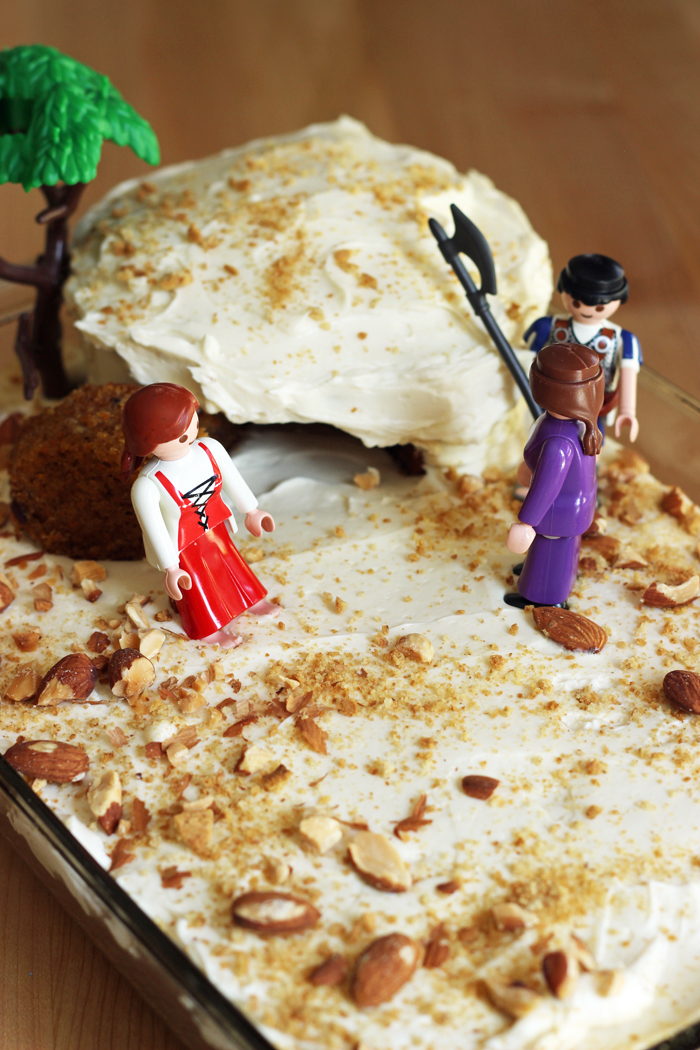cake of an empty tomb with plastic figurines